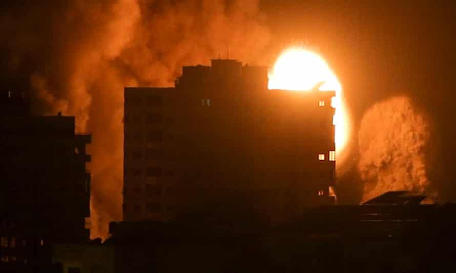 دود و شعله های آتش بالای یک ساختمان در گز