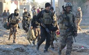 Soldiers enter the el-Hoz neighbourhood in Ramadi