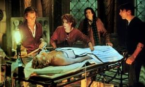 Kevin Bacon, Julia Roberts, Oliver Platt, William Baldwin, Kiefer Sutherland in the original Flatliners.