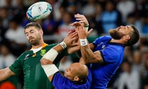 Sergio Parisse and Jayden Hayward challenge Willie Le Roux in Fukuroi.