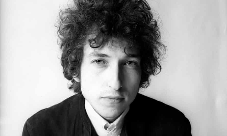 Bob Dylan (in focus, in 1965) by the Blonde on Blonde photographer.