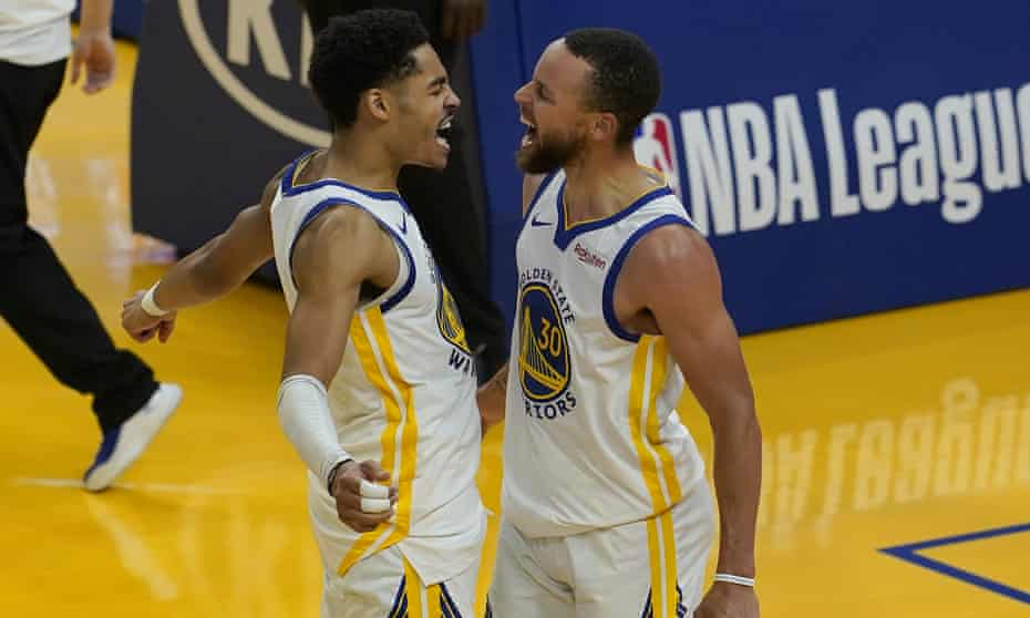 Stephen Curry, right, celebrates with Jordan Poole during the Warriors' victory over the Grizzlies