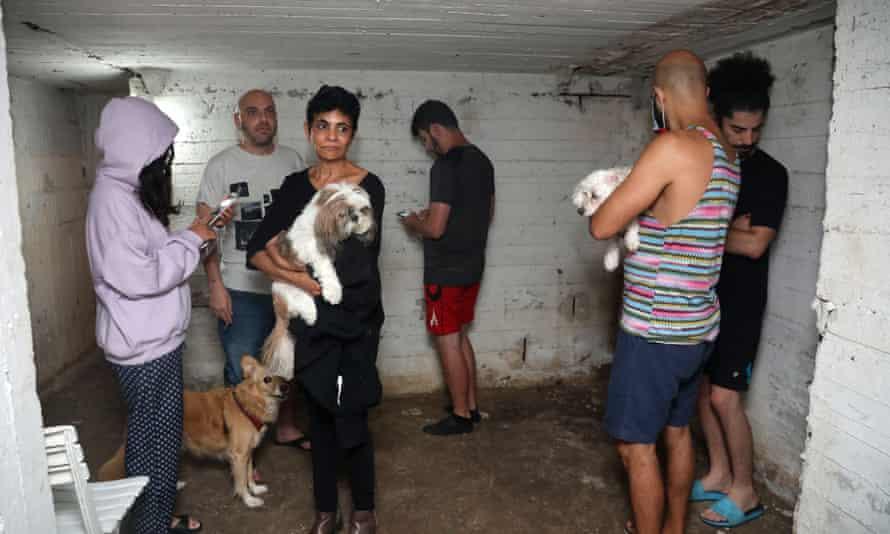 پس از پرتاب موشک از نوار غزه به سمت اسرائیل ، مردم در زیرزمین ساختمانی در شهر تل آویو اسرائیل پناه می گیرند.