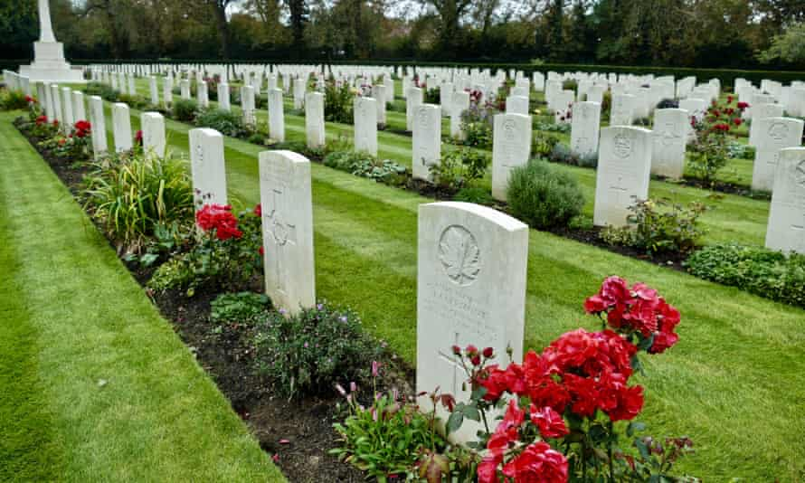 Commonwealth War Graves in Botley Cemetery, Oxford.