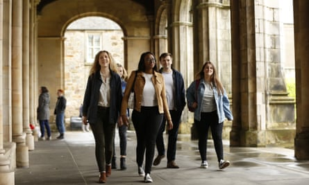 The University of St Andrews has overtaken Oxford University in the Guardian University Guide for the first time since 2003.