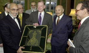 Sir Sigmund Sternberg, second right, at a reception given by the US ambassador to Britain, William Farish, second left, for the Three Faiths Forum in 2002. The ambassador is accepting an Islamic tapestry from Hany el Banna, left, watched by Zaki Badawi.
