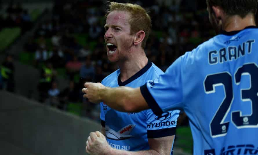 David Carney has rescued his 10-man Sydney FC side from a death spiral, finding a late equaliser to deny Melbourne Victory a priceless A-League win at AAMI Park.