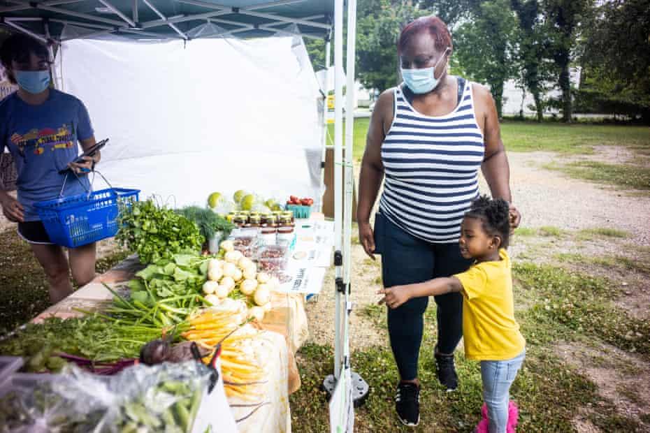 Ravina Gordon and her daughter Skylah, 4, shop at Arcadia Farms mobile market.