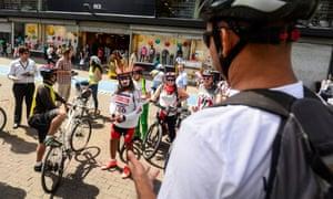 Un voluntario del Día Mundial sin Autos encabeza un tour en bicicleta.