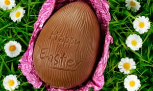 chocolate easter egg on grass Alamy AODK45 daisys happy easter