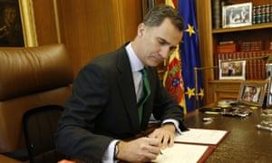 Felipe VI signs the decree dissolving parliament.