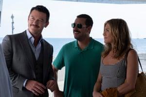 Luke Evans, Adam Sandler et Jennifer Aniston dans Assassiner Mystery