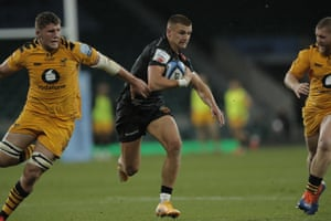 Henry Slade of Exeter Chiefs runs through before scoring his team's first try.