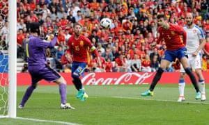 Gerard Piqué, right, heads in Spain's late winning goal past the Czech Republic goalkeeper Petr Cech.