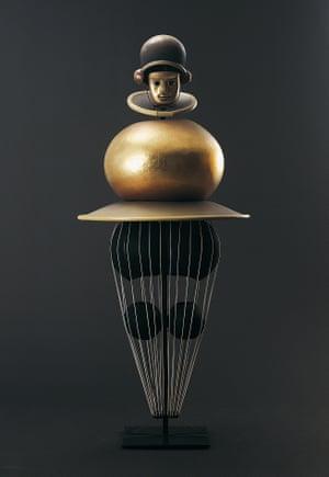 Das Triadische Ballett, Schwarze Reihe, Goldkugel, Figurine mit Helm und Maske / Le Ballet triadique, séquence noire, Boule d'or, figure avec casque
