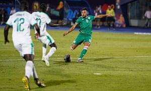 Youcef Belaili marque le but décisif de la victoire de l'Algérie contre le Sénégal en phase de groupes de la Coupe d'Afrique des Nations.