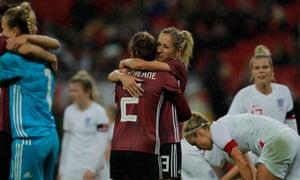 Đức Voi Sophia Kleinherne và Kathrin Hendrich ăn mừng trong tiếng còi cuối cùng.
