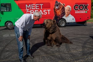 Sacramento, US. John Cox, a Republican recall candidate for California governor, makes the first stop in a three-day Meet the Beast bus tour with Tag, a Kodiak brown bear