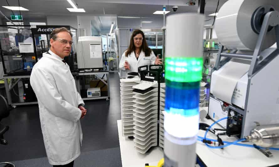 Federal health minister Greg Hunt tours the National Drug Discovery Centre