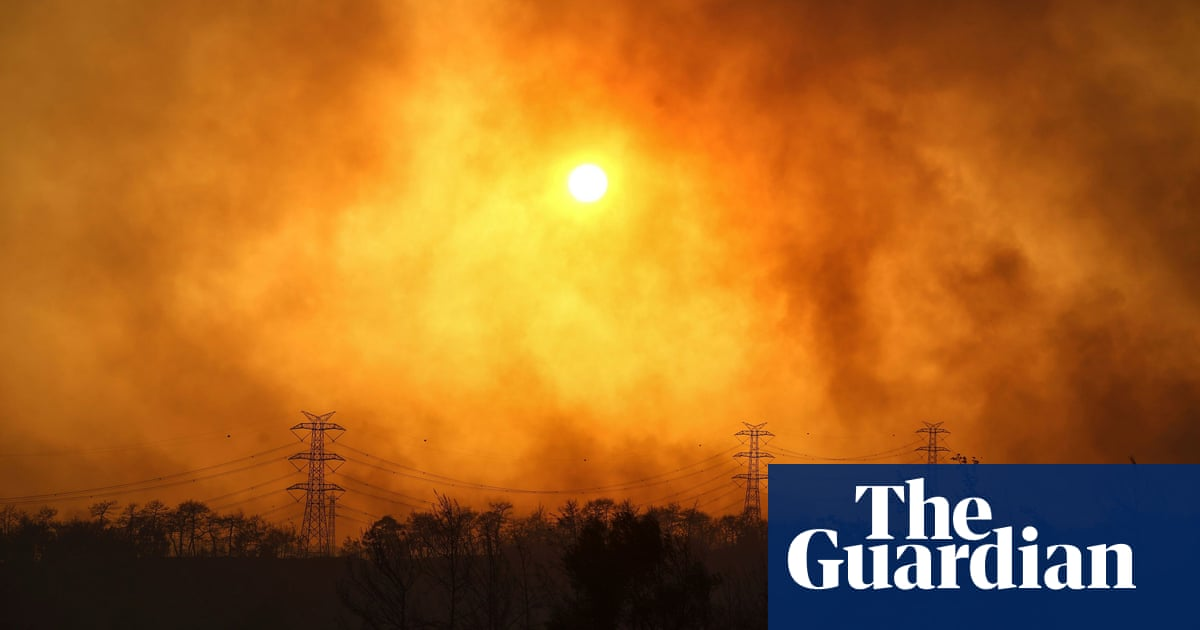 Wildfires raging across southern Turkey force residents to flee – video