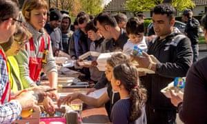Volunteers distribute food to people in Grande-Synthe.