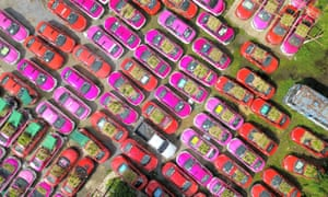An aerial photo shows taxis used to grow vegetables at a parking lot in Bankok, Thailand. At a parking lot on the outskirts of Bangkok, hundreds of taxis were out of service for more than a year due to the epidemic. Taxi company staff piled soil on the roof and hood of these cars to grow vegetables and distributed them to employees and unemployed drivers.