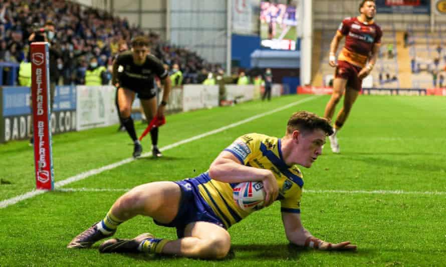 Josh Thewlis scores a try for Warrington