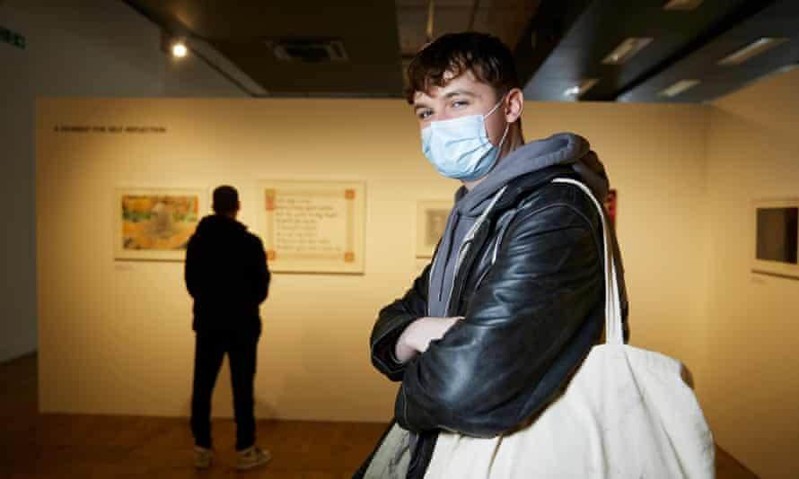بازدید چارلی کوفی از نمایشگاهی در خانه منچستر.