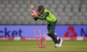 Sarfaraz Ahmed du Pakistan sort Eoin Morgan d'Angleterre.