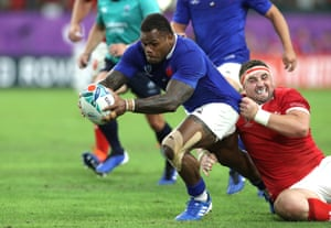 Virimi Vakatawa of France scores his sides third try.