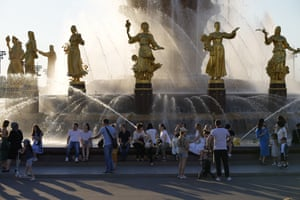 People cool down at the Friendship of Peoples fountain at VDNKh (The Exhibition of Achievements of National Economy)