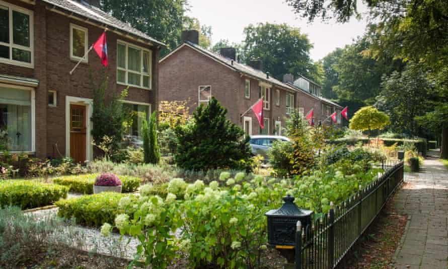 پرچم های هنگ هوابرد به مناسبت هفتادمین سالگرد نبرد آرنهام در سال 2014 در خانه های اوستربیک آویزان شده اند.