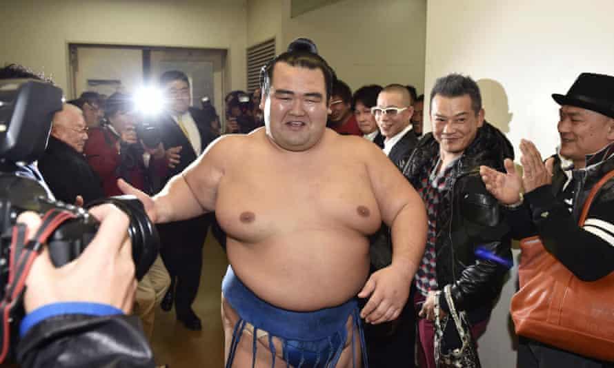 Kotoshogiku heading to the award ceremony after defeating Goeido.