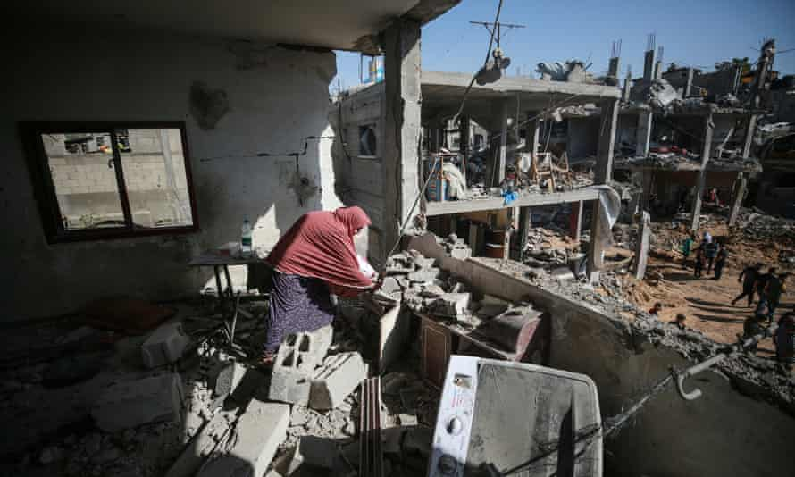 People in Beit Hanoun return to their homes after the ceasefire.