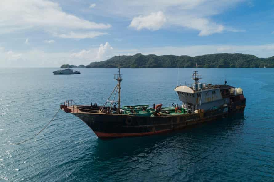 Autoritățile Palau au reținut o barcă de pescuit chineză, suspectată de recoltarea ilegală de castraveți de mare.