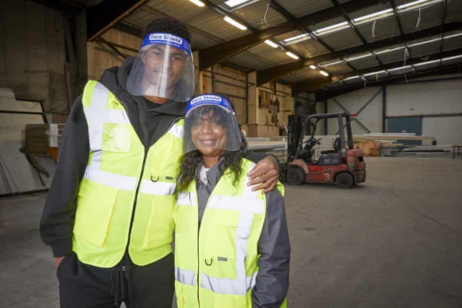 marcus rashford ve annesi melanie, new smithfield market'te fareshare greater manchester'ı ziyaret ediyor.