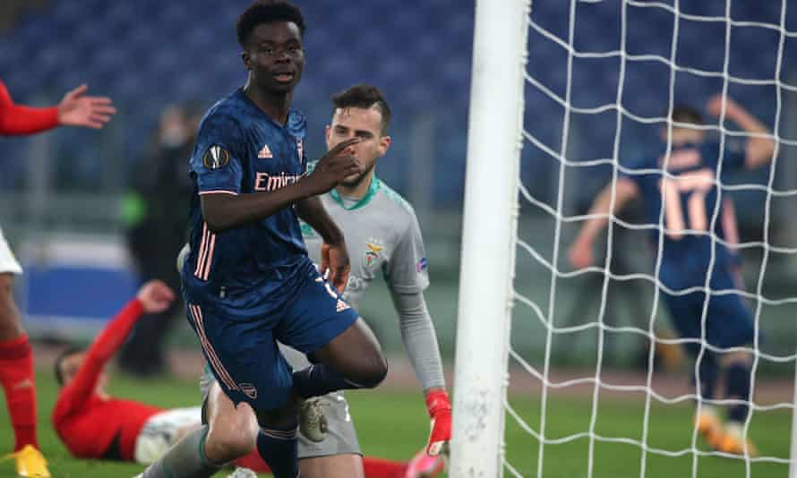 Bukayo Saka scores Arsenal's equaliser in their Europa League tie against Benfica.