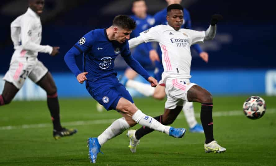 Vinícius Júnior, playing in an unfamiliar position at right wing-back, puts Mason Mount under pressure as the Chelsea player shoots.