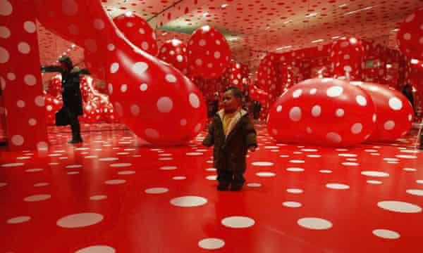 Visitantes en la exposición Kusamatrix de Kusama en Tokio, 2004.