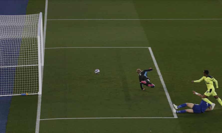 Joe Willock gives Newcastle the lead.