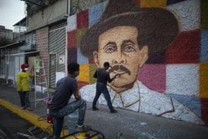 Miguel Garcia completes his mural of Hernández, in Caracas