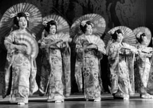 The dancers of the Japanese dance theater Takarazuka stood on the stage in 1930