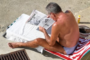 A swimmer reads a newspaper article on the passing of former prime minister Bob Hawke at Clovelly Beach.
