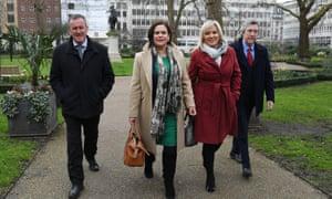 Mary Lou McDonald和SinnFéin的Stormont领导人Michelle O'Neill抵达伦敦召开新闻发布会