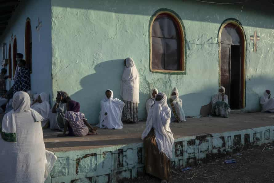 Tigrayanske kvinder, der flygtede fra konflikten i Etiopiens Tigray-region, beder ved en kirke nær Um Rakuba flygtningelejr i Qadarif, det østlige Sudan.