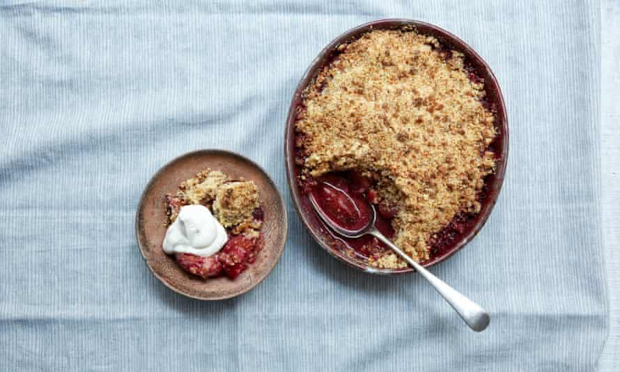 Plums with amaretti crumble