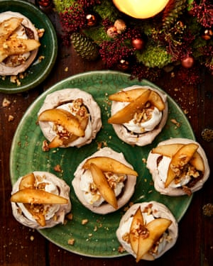 Cinamon pavlovas with pear, chestnut and walnut