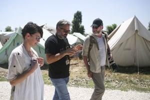 Liam Cunningham,右,和Lena Headey,离开,与IRC土木工程师Miltos Cherras交谈。