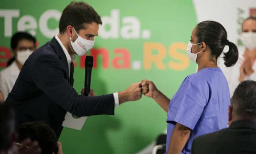 Eduardo Leite fist-bumps a citizen
