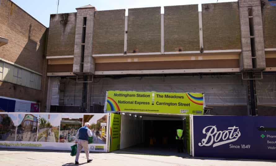Terowongan pejalan kaki melalui bagian pusat perbelanjaan Broadmarsh yang dihancurkan.